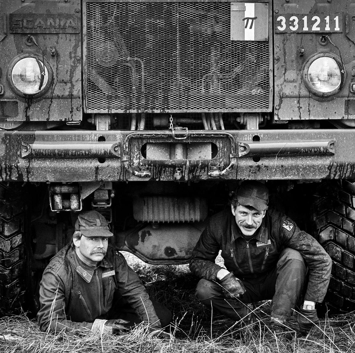Pionjärarbetsplatsen, 2 april 1986  Plutonchef och stf på pionjärplutonen under fronten på en Tgb 30. Kapten Per (Pysch) Andersson och löjtnant Hans Hedenskog.  OBS! Tre bilder.   Milregnr: 331211