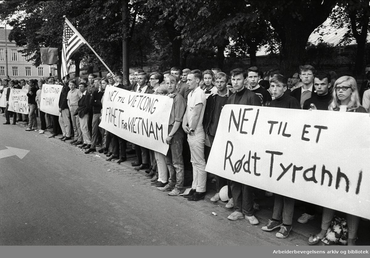 Demonstrasjon mot USA's krigføring i Vietnam utenfor Den amerikanske ambassade på Drammensveien (Nå Henrik Ibsens gate) i Oslo. Motdemonstranter. 4. juli 1966
