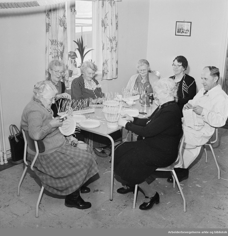 Pensjonister på Sosialtrygdens hobbykurs i Vøyensvingen 6. Nummer tre fra venstre er Hanna Andersen, stifter og formann av Arbeiderbladets budklubb i 40 år. Til høyre: arbeidsterapeut Johannes Jørgensen. Februar 1958