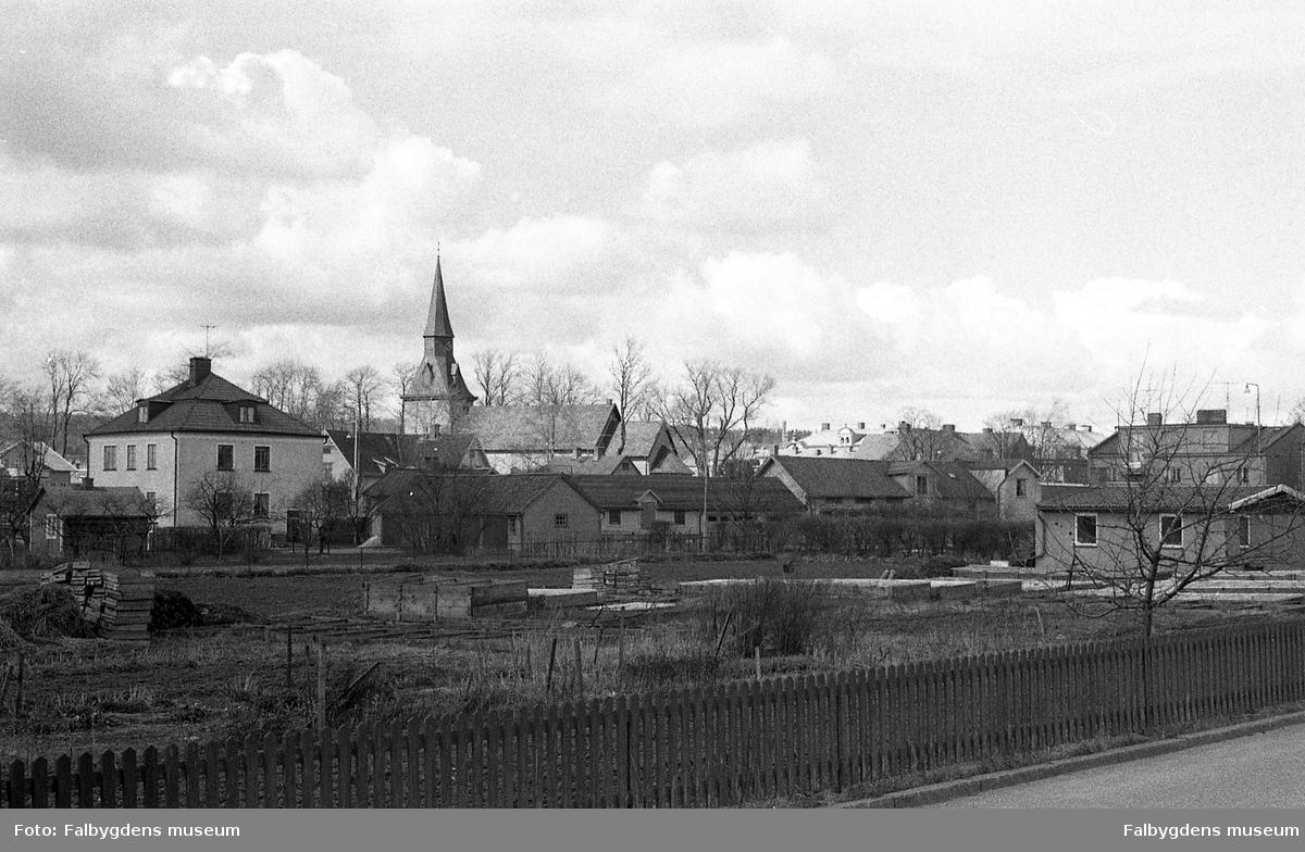 Byggnadsinventering 1972. Vy från Ambjörnsgatan mot kyrkan.
