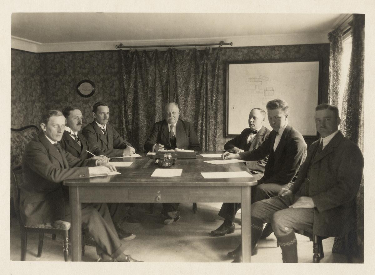 """Disponent Knut Johansson vid Växjö tändsticksfabrik, m.fl., vid ett personalmöte. Växjö, ca 1920.  Se vidare: Hyltén-Cavallius, Nils, """"Gamla Växjö berättar vidare"""", s. 184-186."""