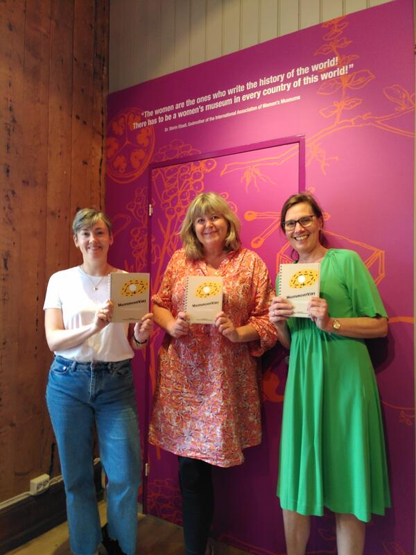 Bilde av Mona Pedersen, Mona Holm og Thea Aarbakke med boken Museumsverktøy. (Foto/Photo)