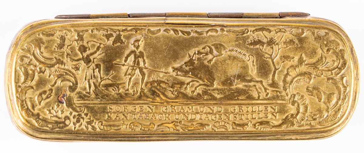 Snusdosa, med reliefer med vildsvinsjakt samt fågel och hjortjakt.