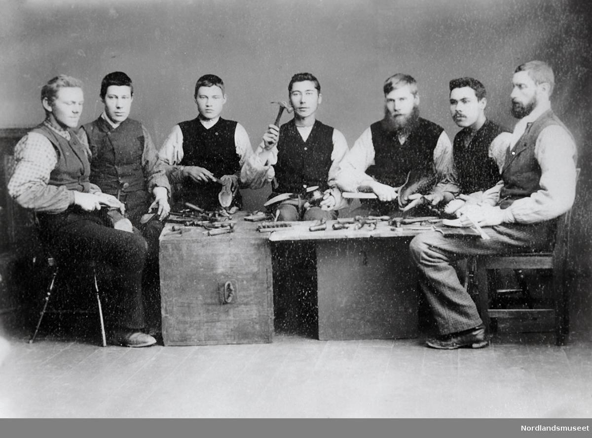 7 menn på skomakerkurs, trolig på Fauske. Nr. 6 fra venstre er Bjørnbakk, onkel til Helfrid Tjærandsens far.