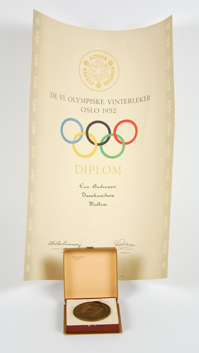 Kobberfarget medalje. På forsiden finner man emblemet til vinterlekene i 1952, som består av en siluett av Oslo rådhus og de olympiske ringer. På baksiden finner man det olympiske motto; citius - altius - fortius sammen med tre stiliserte snøkrystaller. Medaljen ligger i et brunt etui av papp med gullfargede olympiske ringer  på lokket