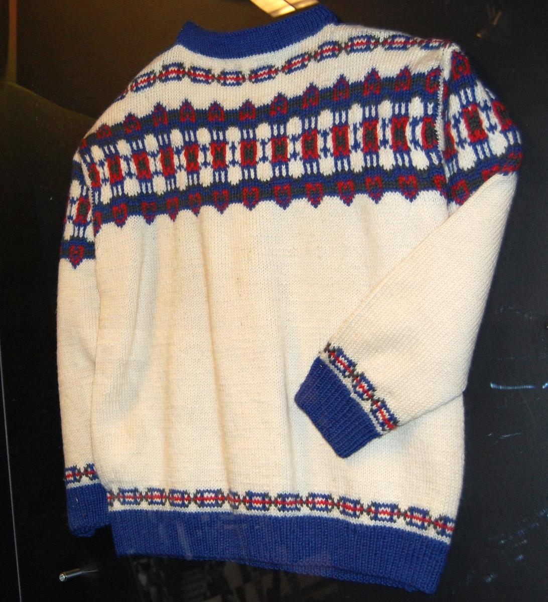 Hvit genser av ull med flerfarget mønster.