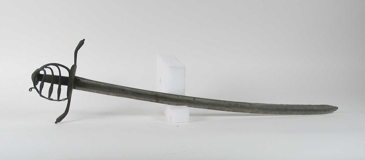 Pyramideformet knapp. Asymmetrisk kurvfeste med tre sidebøyler med riflede fortykkelser på midten mellom håndbøylen og kurvens ytterkant. Innsiden har ingen bøyler. Kurvens basis består av nyreformet parérplate. Opp og nedbøyde parérstenger med riflete fortykninger på endene.  Tregrep viklet med nyere jerntråd. Enegget krum klinge med gjeddenebb  og hulslipning på ryggsiden. Klingen har 3 smedstepler på venstre side.