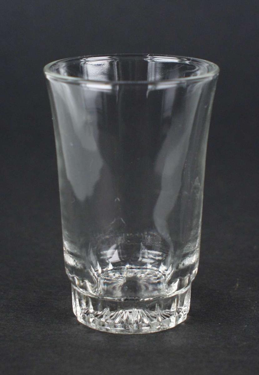 Fem enkle drammeglass med stjernemønster i bunnen.