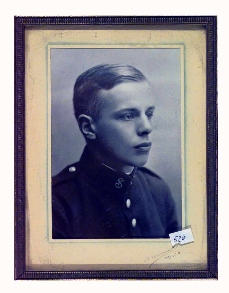 Portrett av Sigrid Undsets sønn Anders Castus Svarstad i militæruniform.