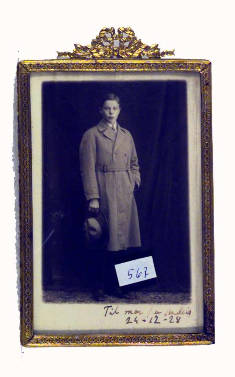 Bildet viser Anders Castus Svarstad jr. iført frakk og med hatt i hånden.