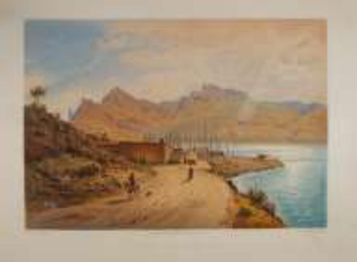 Vei med en gående og en ridende, del av en landsby ved sjøen, fjell i bakgrunnen.