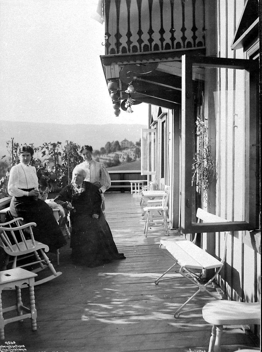 Aulestad, veranda, kvinner
