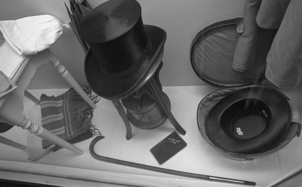 DOK:1988, utstilling,klær, hatt, monter, vognskjul,