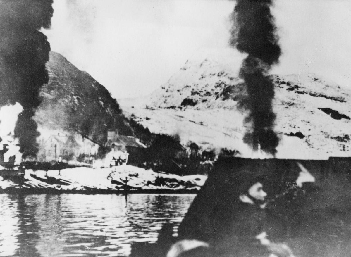 krigen, 2. verdenskrig, Måløyraidet 27. desember 1941, soldat, Måløy brenner