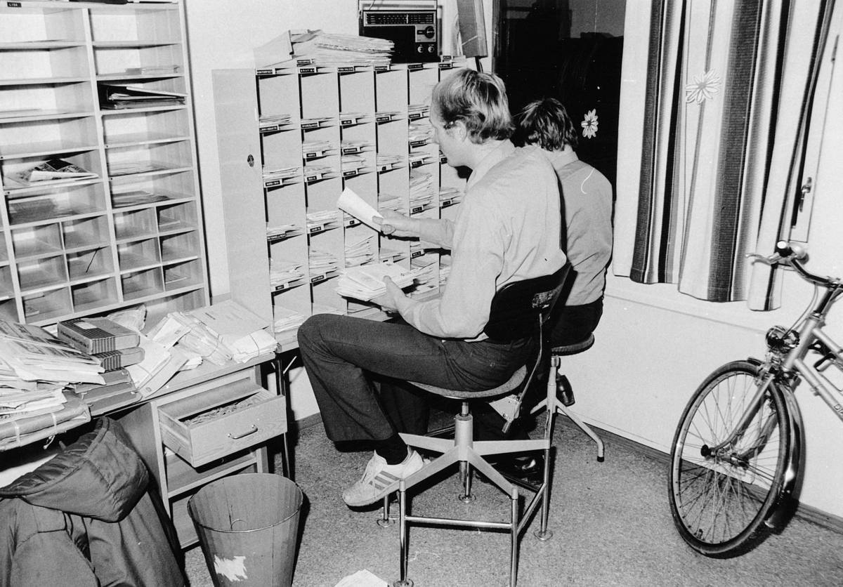 postbehandling, Skedsmokorset postkontor, grovsortering av brevpost, menn