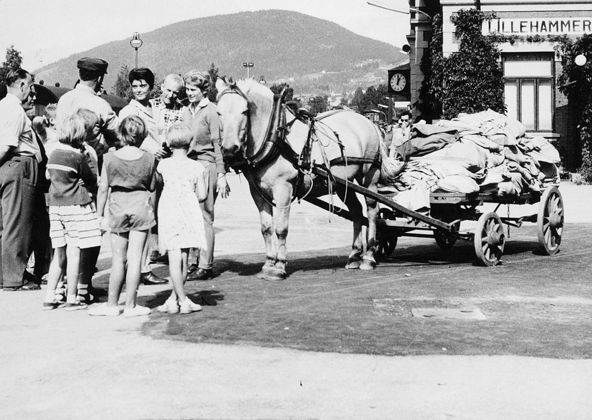 transport, hest, vogn fire hjul, postsekker, kvinner, menn, barn, Lillehammer