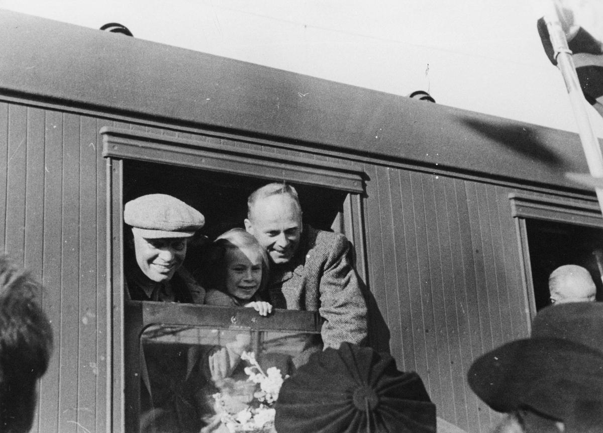 transport, tog, to menn, ei jente