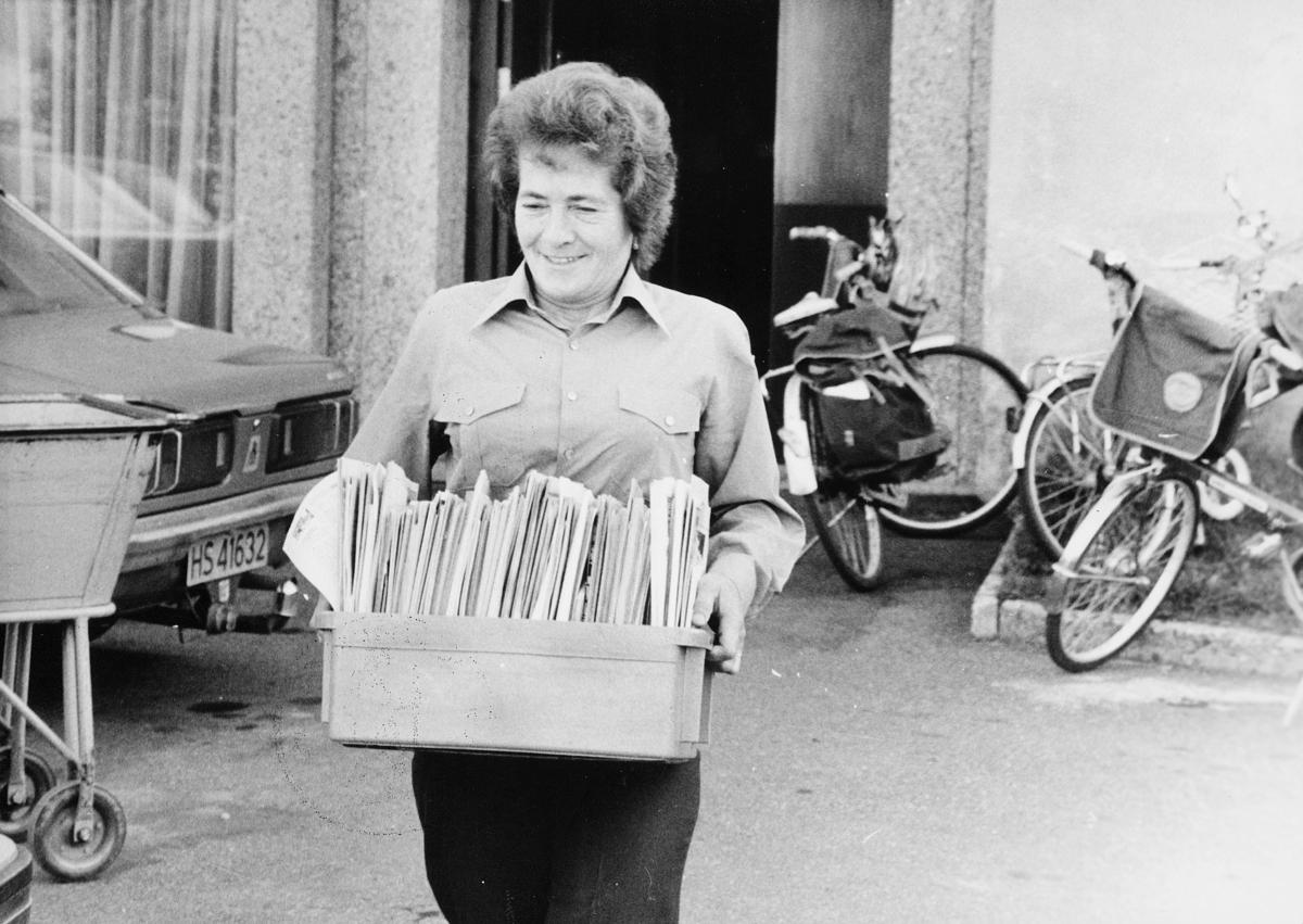 omdeling, postbud, kvinne, kasset med post, sykler