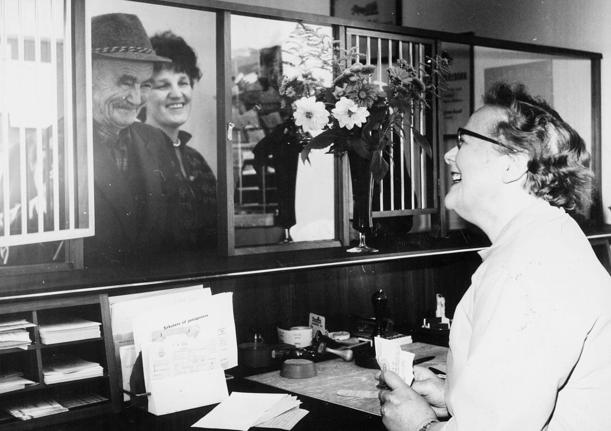 Poststyrer Rønnaug Blixrud, skranke, Sætre i Hurum postkontor