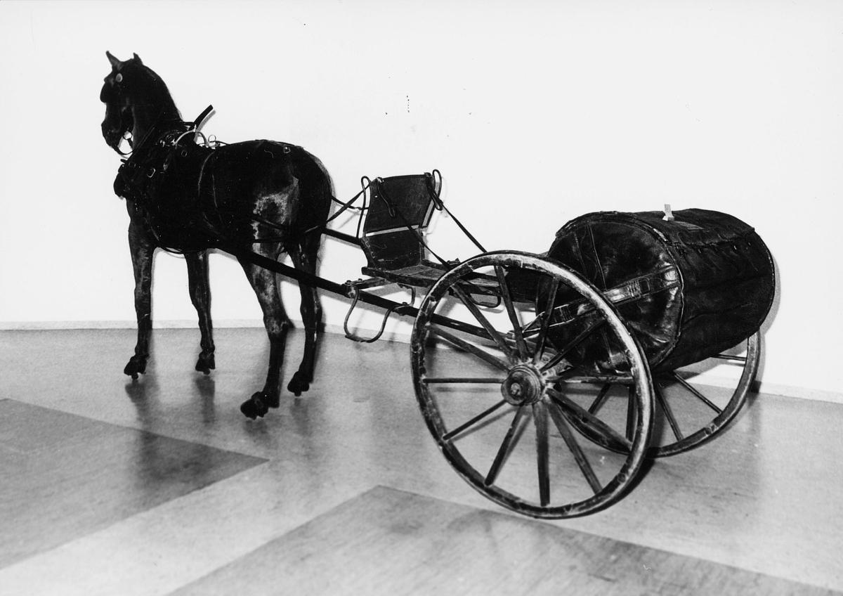postmuseet, Dronningensgate 15, Oslo, 4. etasje, 1957-1988, 1 hest, kjerre med 2 hjul