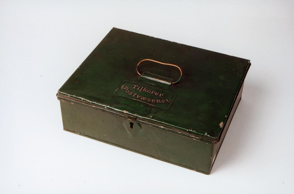 Postmuseet, gjenstander, skrin, skrankekasse, lokket har håndtak og tekst: Tilhører Postvæsenet, lås.