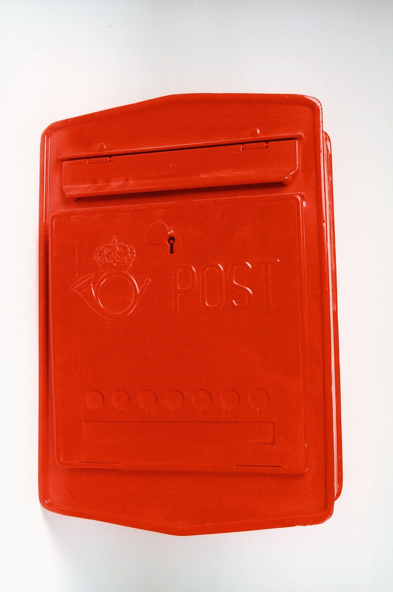 Postmuseet, gjenstander, ubrukt postkasse, postlogo og post preget i fronten, innkast øverst.