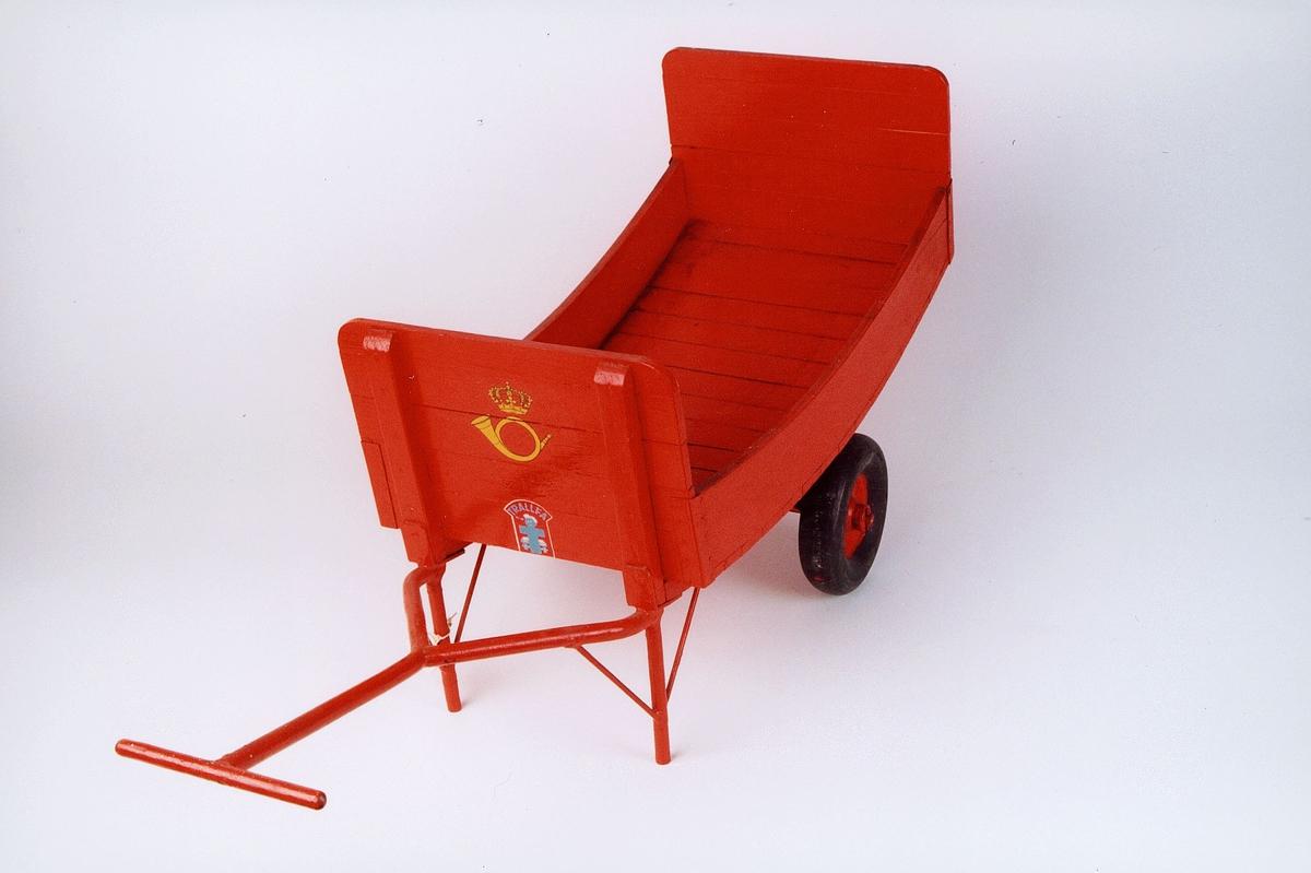 Rød handkjerre med gummihjul, buet kasse.