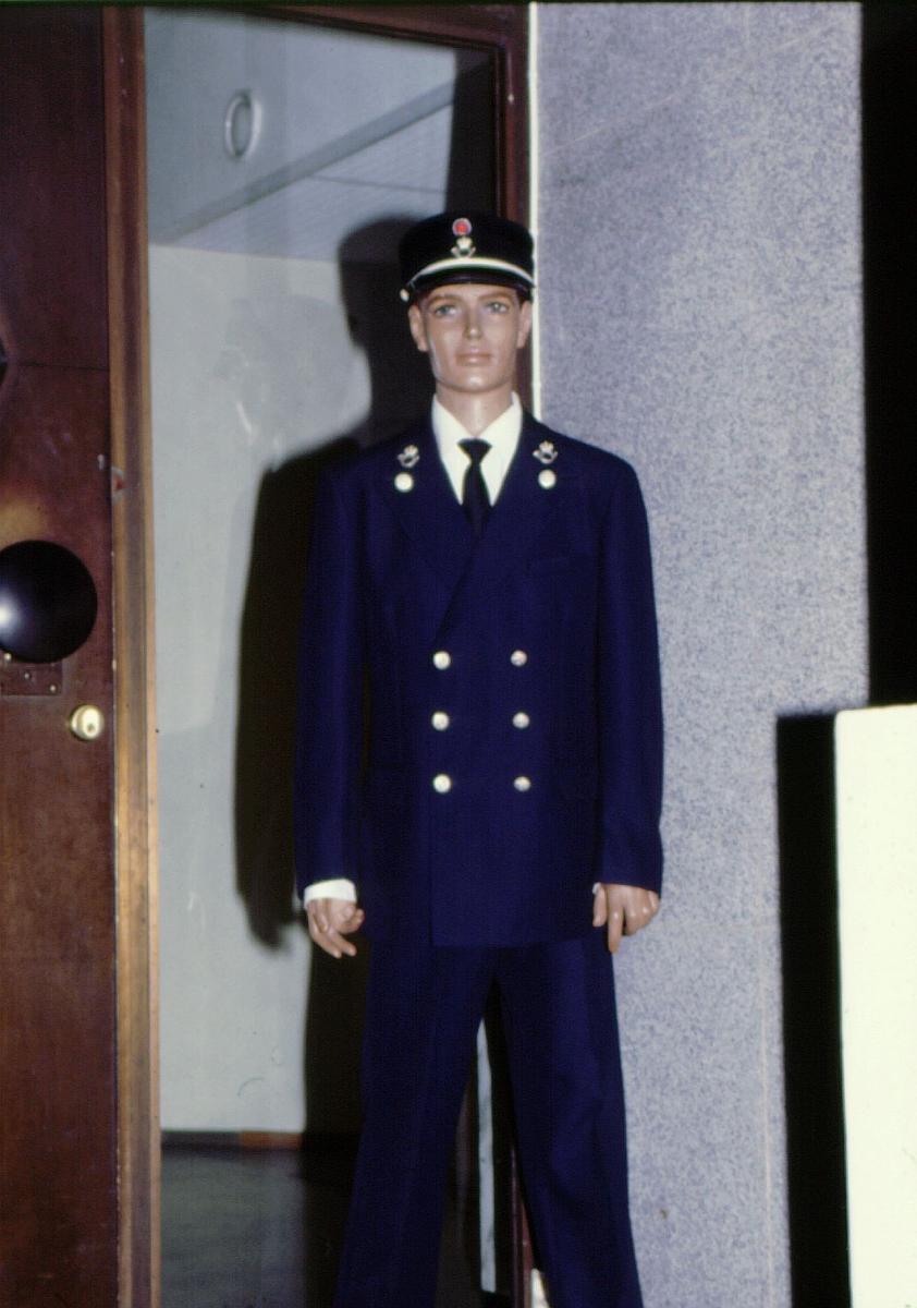 postmuseet, utstilling, gjenstander, uniformer, utstillingsdukke med postbuduniform ca 1935-1962