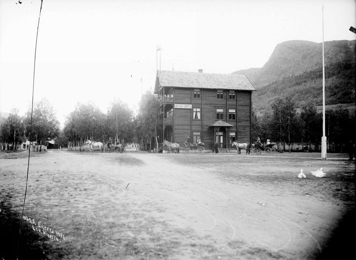 Kort: Sel. 04.09.1907. Grand Hotell, Otta. Hotel, hester, hestekjøretøy, vei, flaggstang, fjell, trær