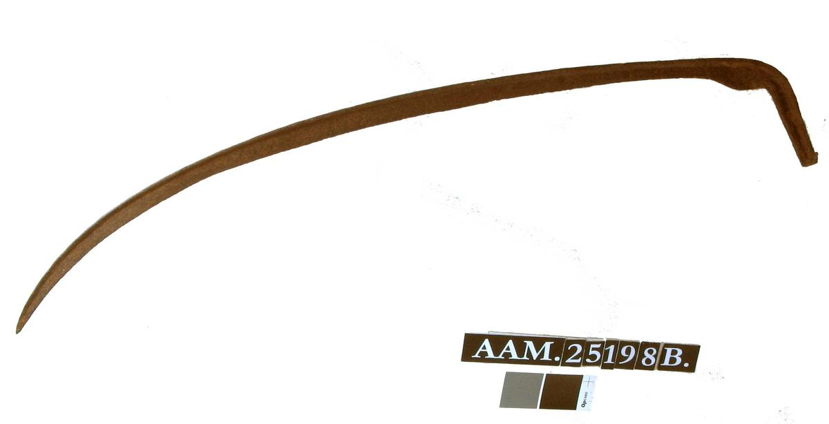 Ljåer med angt, smalt blad.  Begge ljåene er innerst ved tangen utstyrt med et ovalt stempel med tekst rundt og et merke i midten.