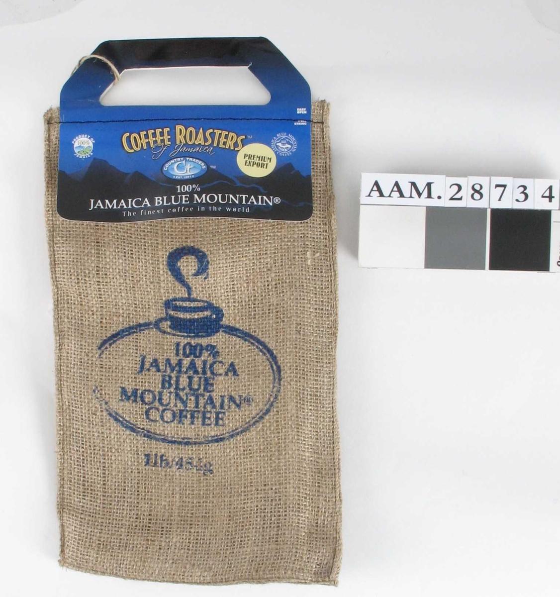 Pose av strie, med påsydd handtak av kartong. Posen innehold en vakumlukket plastpose med kaffe. Strieposen er sprettet opp langs bunnen for å ta ut plastposen.
