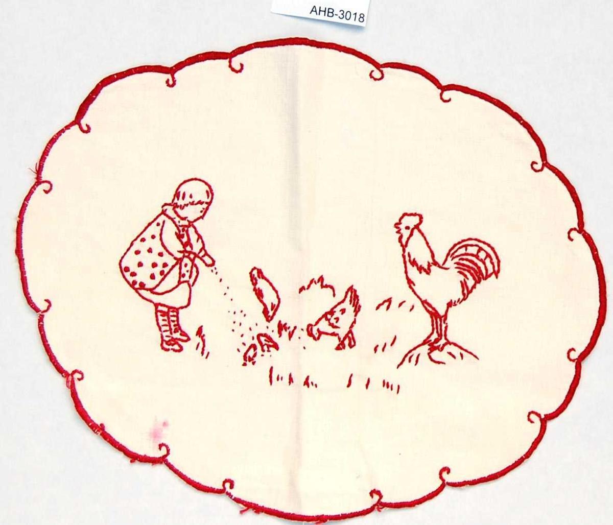 Oval brikke. Brodert med rødt moulinegarn. Kontur og tungesting. Motiv: Ei lita jente som forer høner og 1 hane.