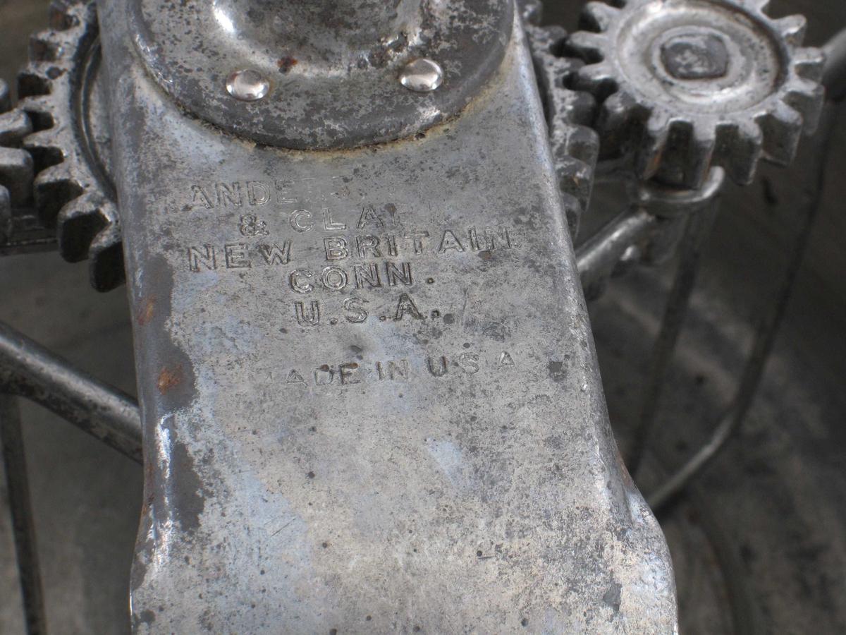 Maskin for å røre/vispe/blande. Metallbolle med tilhørende sveiv, 2 ulike visper, tvinge til å feste på bord/benk.