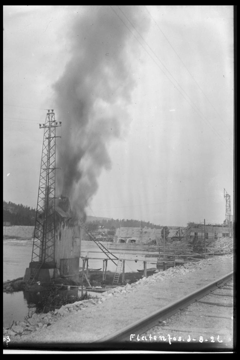Arendal Fossekompani i begynnelsen av 1900-tallet CD merket 0468, Bilde: 71 Sted: Flaten Beskrivelse: Brann i transformatorhuset