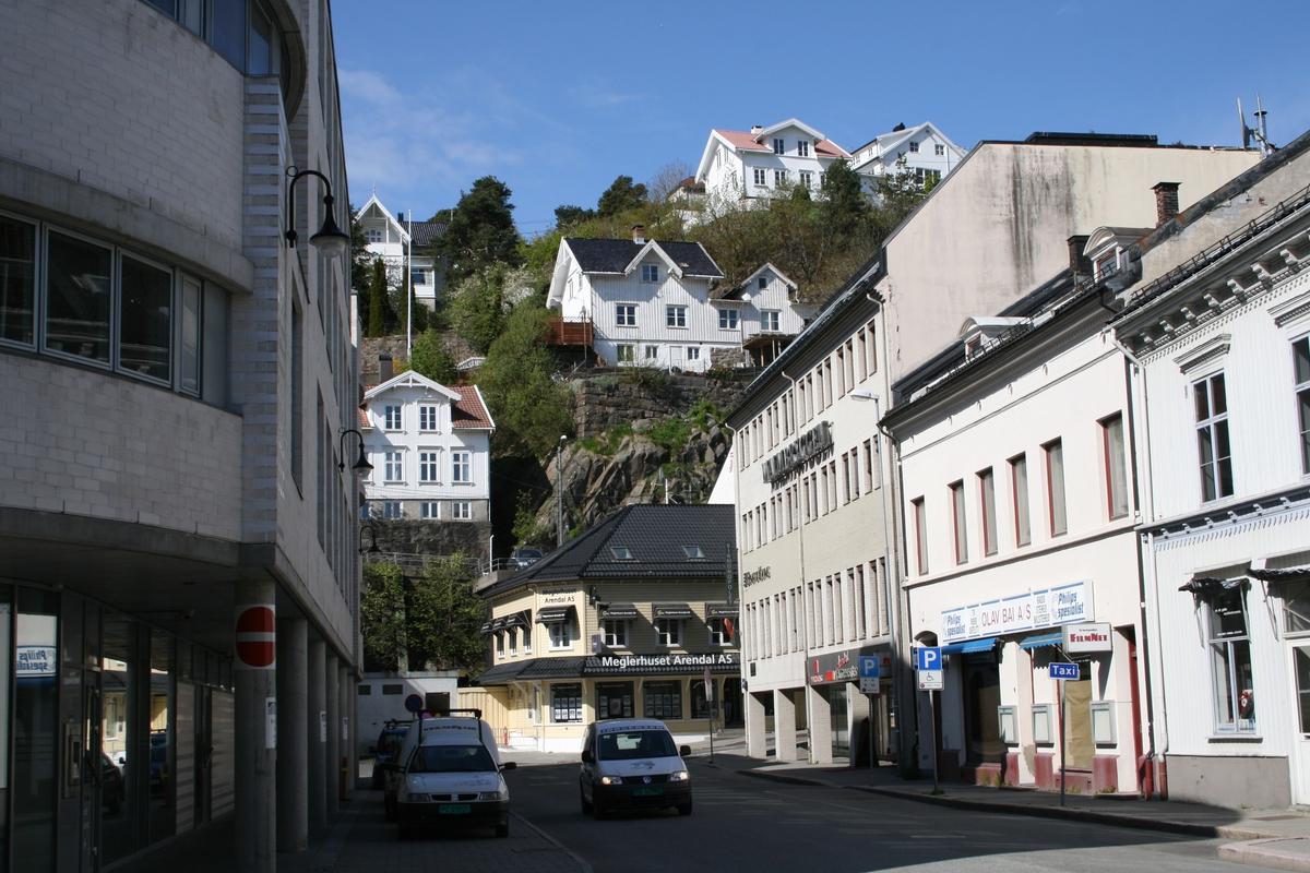 Malmbrygga  i Arendal sentrum. Bebyggelse i Strømsbuveien og Høyveien i bakgrunnenn. Mellom husene i bakgrunnen gikk grensa mellom Arendal by og forstadskommunen Barbu.