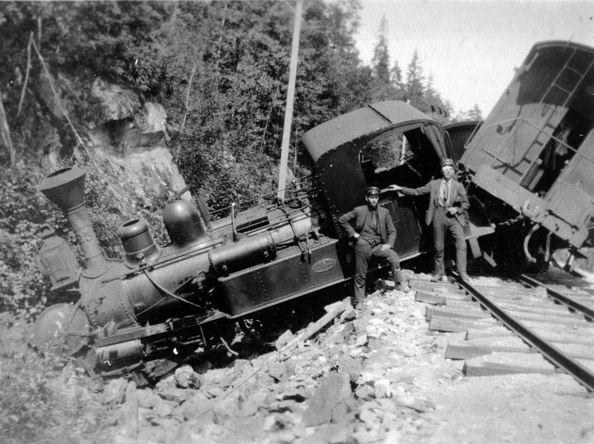 Åmlibilder samlet av Åmli historielag Togavsporing  Lokomotiv veltet Berntsen Grimstad t.h.