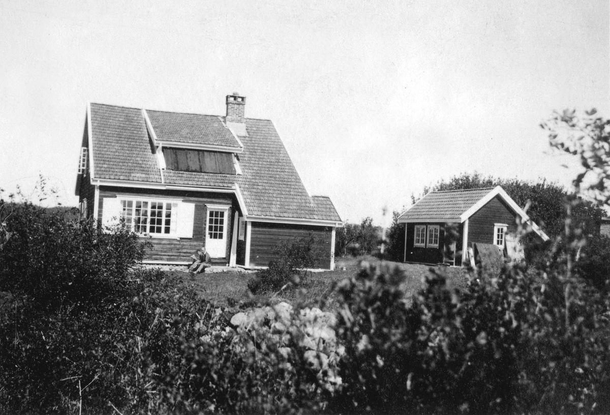 Sommerhuset til familien Bang fra Oslo med bu. Husene ble bygd av Thora Herlofson på Strømsbu gård i 1917 og kjøpt av Dea og Iver Bang (født 1887 i Drammen) i 1932. Thora Herlofson brukte bua som sommerfjøs til sin medbragte ku.