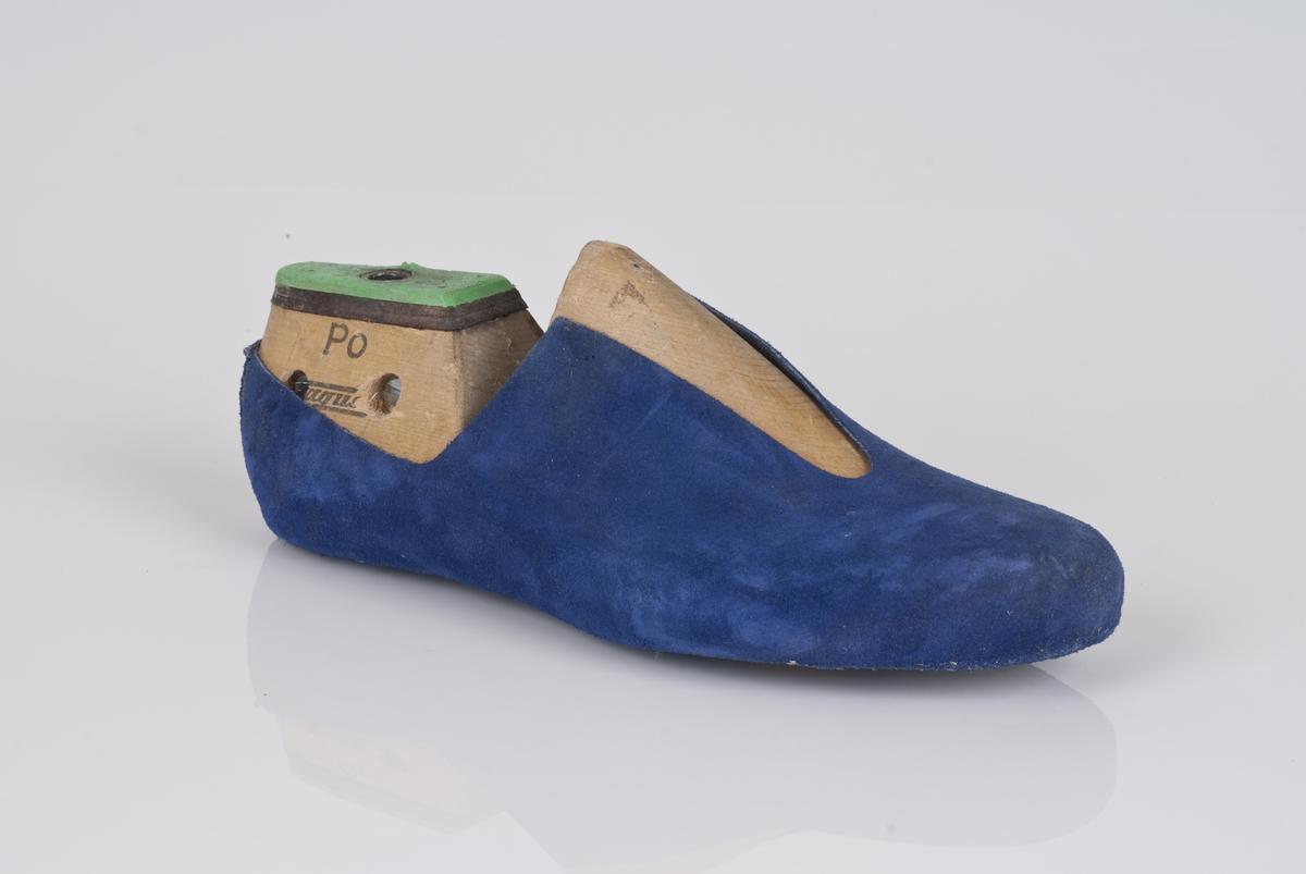 En trelest med overlæret til støvel (fabrikkstøvel). Høyrefot i skostørrelse 44, med 7,5 cm i vidde. Skinntrekket er i blåfarge. Lestekam av plast i grønnfarge, og skinn.
