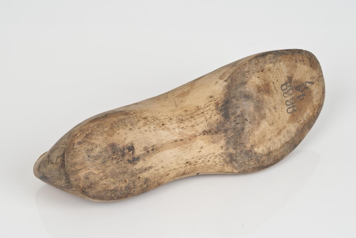 Tremodell to deler; lest og overlest. Venstrefot i skostørrelse 44 med 7 cm i vidde.
