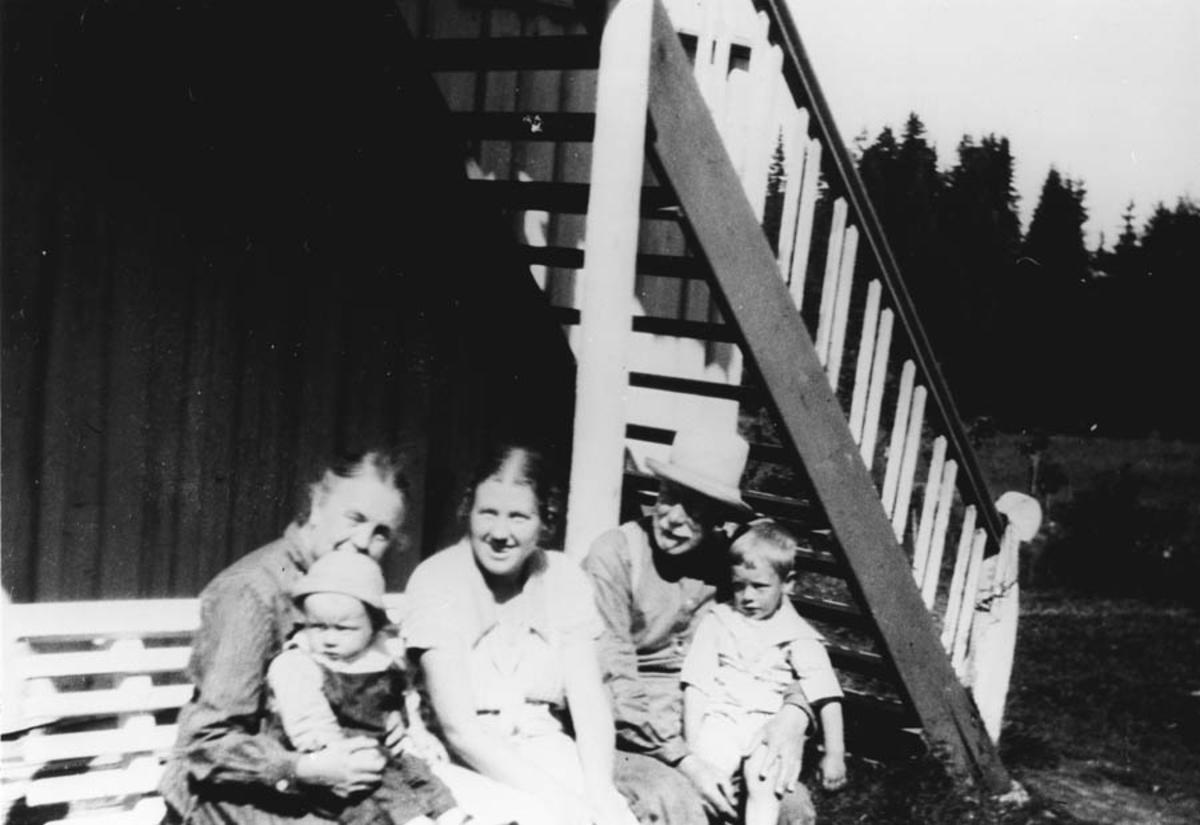 Gruppebilde. Anna Lindeman med Magne Agdestein på fanget, Signe Lindeman og Peter Lindeman med Tore Agdestein på fanget.