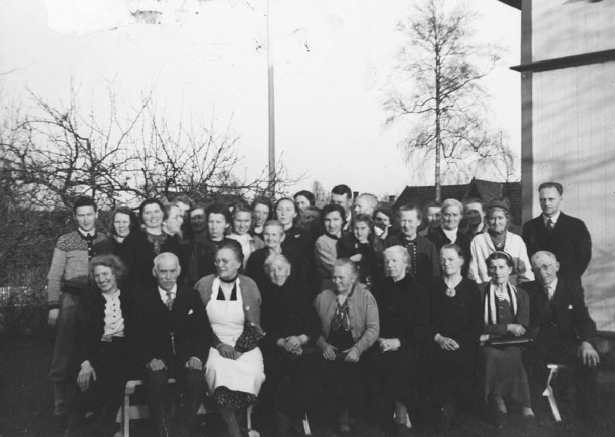 Forsamling avfotografert utenfor menighetshuset?