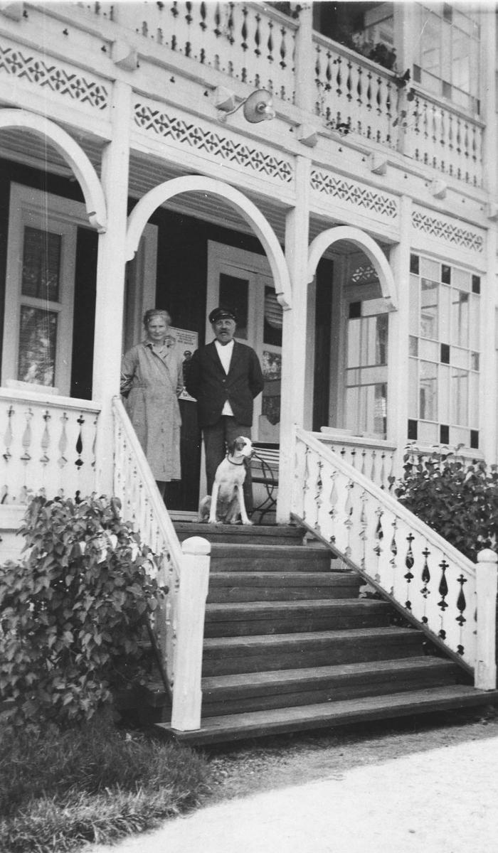 Marie og Oskar Aasheim med hund på trappen.