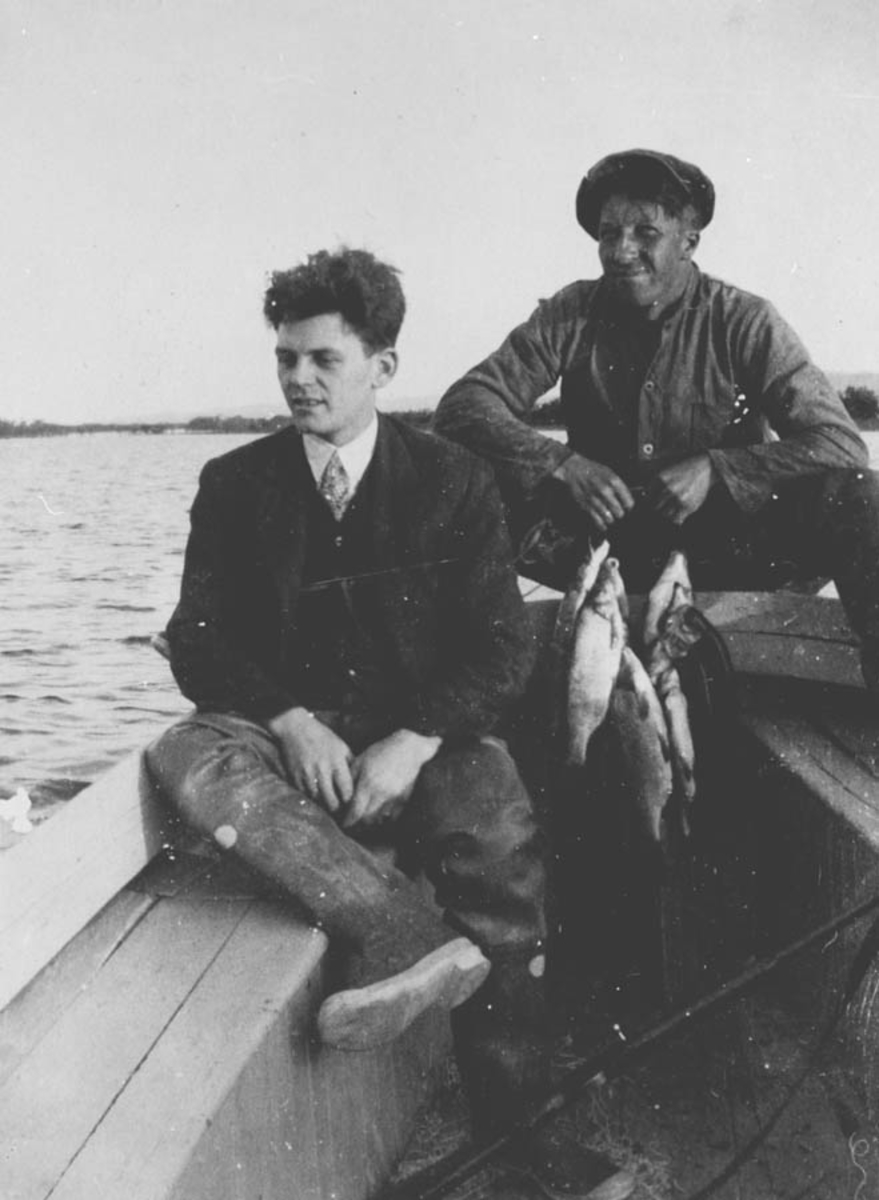 To menn men dagens fiskefangst.