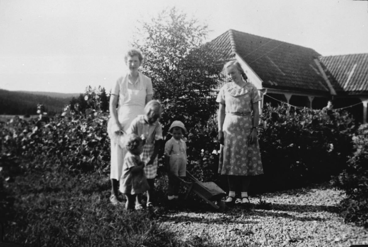 Gruppe i haven på Fredheim skole, uthuset i bakgrunnen. 1936