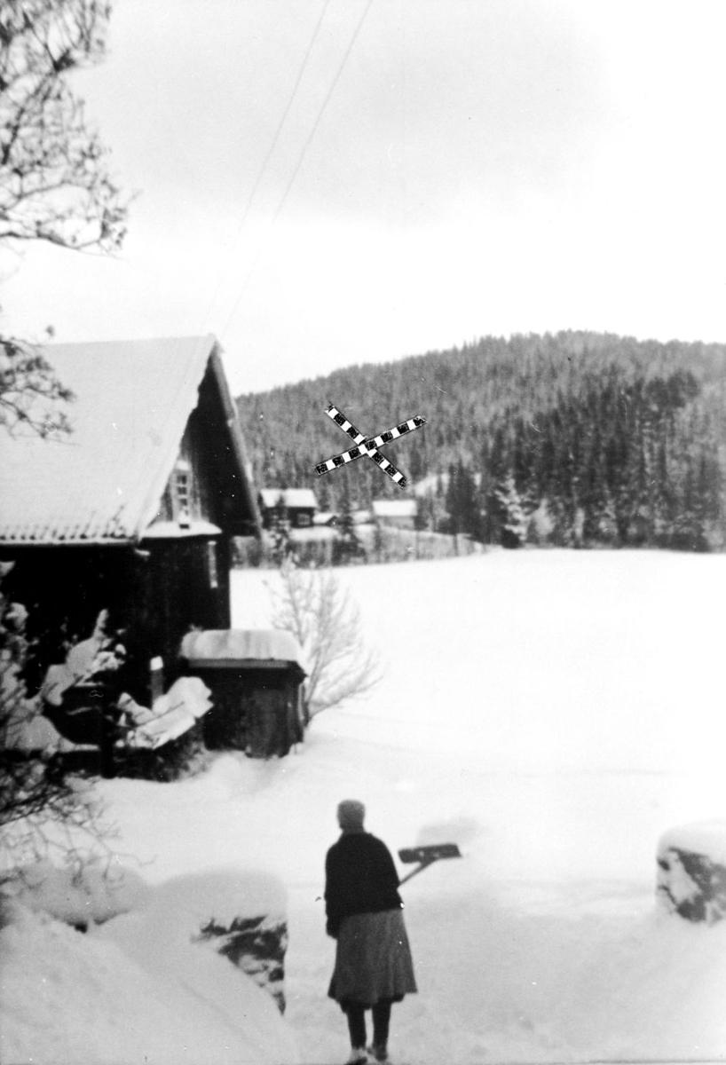 Dame måker snø. Utsikt mot knapphølet.