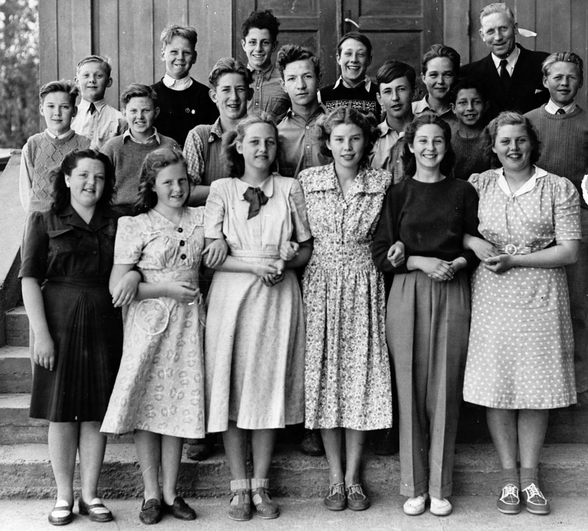 7. klasse Fjellhamar skole 1948. Bak: Lærer Ola Hegeberg.