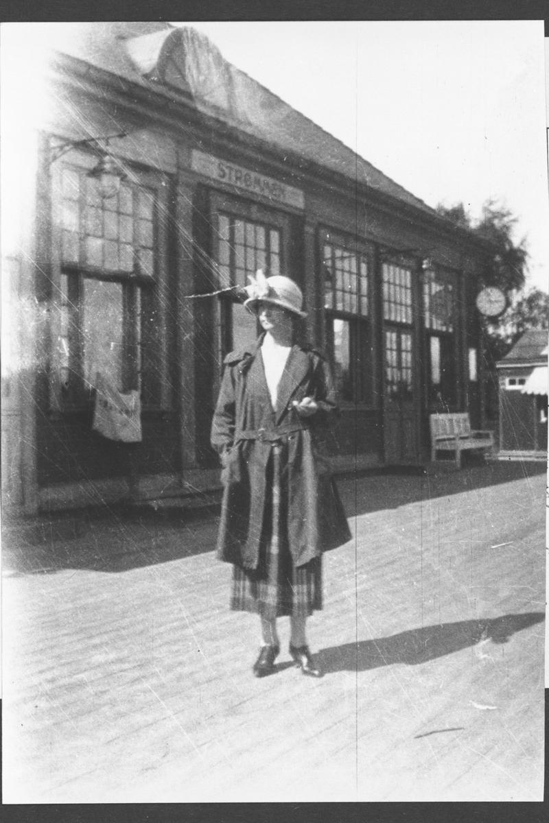 Anna Pierron 1899-1974, på Strømmen stasjon.