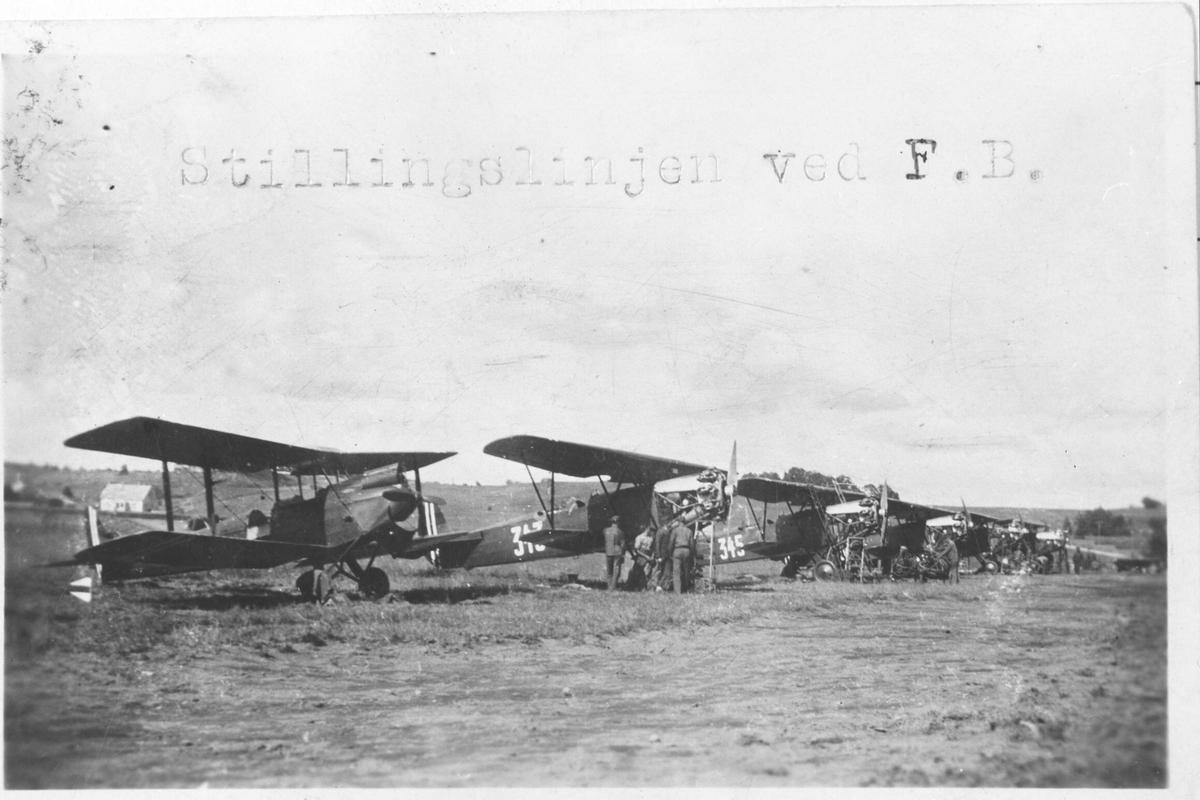 Seks fly parkert på linje.