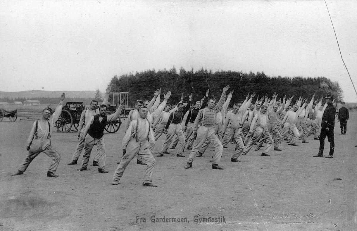 Soldater driver felles linjegymnastikk utendørs på Gardermoen