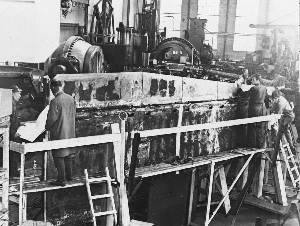 Rånåsfoss Kraftverk, arbeider ved maskinene.